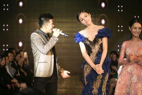 Hoa hau Ky Duyen dien dam bo sat khoe dang nuot na tren san catwalk - Anh 7