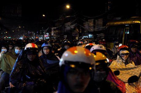 TP.HCM: Bien nguoi ket cung trong mua tren duong Nguyen Kiem - Anh 13