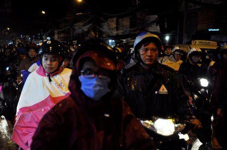 TP.HCM: Bien nguoi ket cung trong mua tren duong Nguyen Kiem - Anh 14