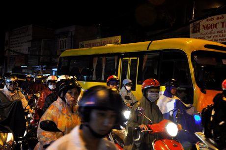TP.HCM: Bien nguoi ket cung trong mua tren duong Nguyen Kiem - Anh 3