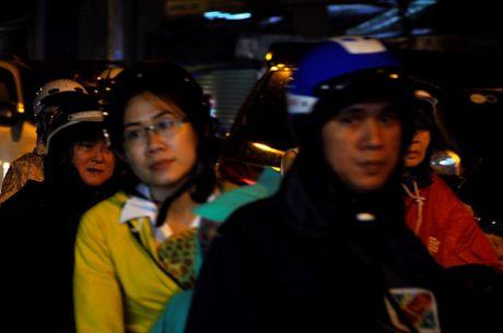 TP.HCM: Bien nguoi ket cung trong mua tren duong Nguyen Kiem - Anh 5