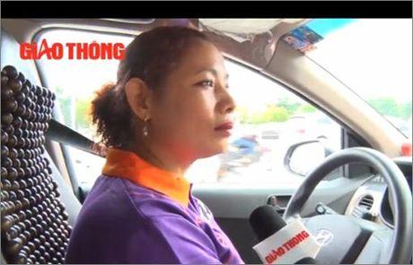 Tai xe taxi bi cua co, sao chua the lap vach ngan? - Anh 1