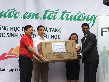 Nhieu hoc sinh nhan hoc bong Nang buoc em toi truong - Anh 2