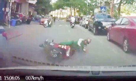 Thanh nien suyt chet khi nga xe may truoc dau oto - Anh 1