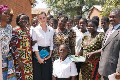 Giua showbiz thi phi, Emma Watson van dep nhu thien than tu ngoai hinh den nhan cach - Anh 10