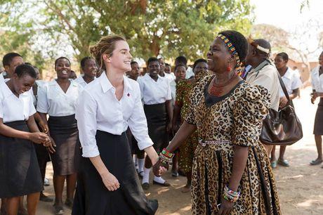 Giua showbiz thi phi, Emma Watson van dep nhu thien than tu ngoai hinh den nhan cach - Anh 11