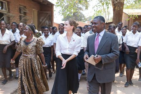 Giua showbiz thi phi, Emma Watson van dep nhu thien than tu ngoai hinh den nhan cach - Anh 15