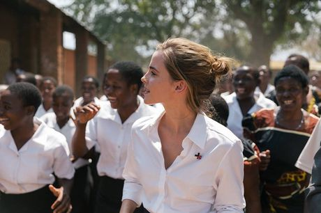 Giua showbiz thi phi, Emma Watson van dep nhu thien than tu ngoai hinh den nhan cach - Anh 16