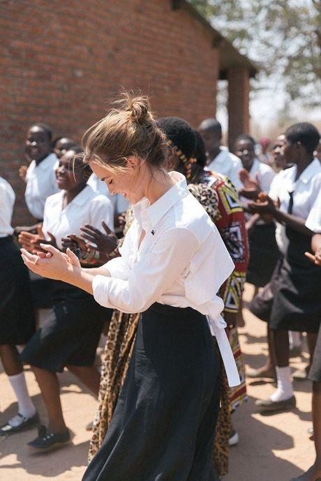 Giua showbiz thi phi, Emma Watson van dep nhu thien than tu ngoai hinh den nhan cach - Anh 17
