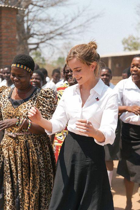 Giua showbiz thi phi, Emma Watson van dep nhu thien than tu ngoai hinh den nhan cach - Anh 18