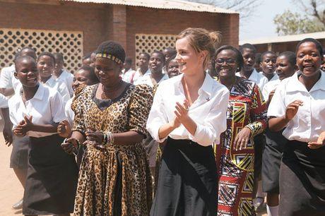 Giua showbiz thi phi, Emma Watson van dep nhu thien than tu ngoai hinh den nhan cach - Anh 19