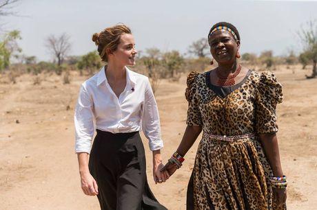 Giua showbiz thi phi, Emma Watson van dep nhu thien than tu ngoai hinh den nhan cach - Anh 5