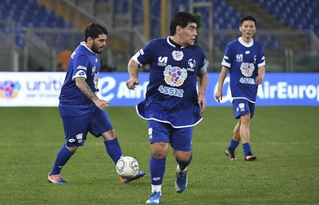 Maradona va con trai tranh tai o tran dau tu thien - Anh 9