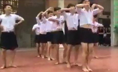 8 nam sinh Ha Noi mac vay nhay tai truong hoc - Anh 1