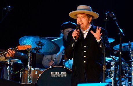 Nha van, nhac si, ca si Bob Dylan tro thanh chu nhan giai Nobel van hoc 2016 - Anh 1