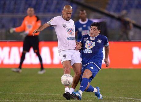 Maradona suyt choang Veron o tran giao huu - Anh 1