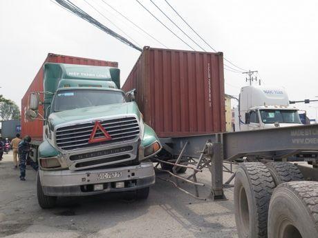 Hai xe container va nhau, duong vao cang Cat Lai un tac - Anh 1