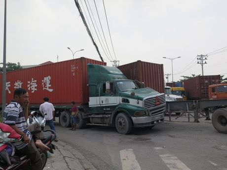 Hai xe container va nhau, duong vao cang Cat Lai un tac - Anh 2