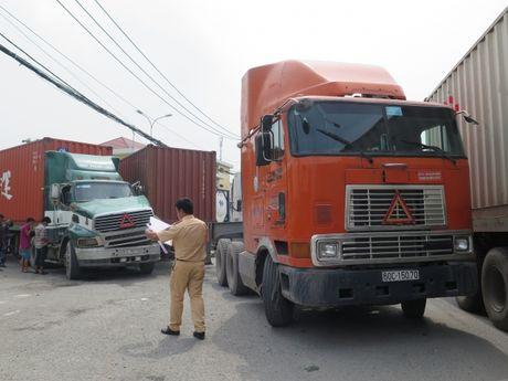 Hai xe container va nhau, duong vao cang Cat Lai un tac - Anh 3