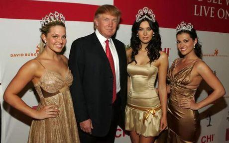 Ong Trump bi to than nhien ra vao phong thay do cua nu thi sinh - Anh 1