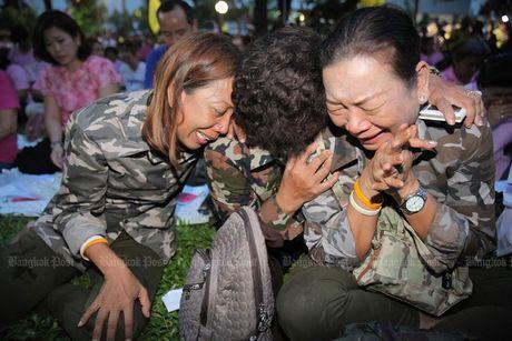 Nguoi dan Thai Lan khoc het nuoc mat khi Nha Vua bang ha - Anh 1
