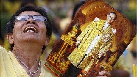 Nguoi dan Thai Lan khoc nghen, tiec thuong Nha vua Bhumibol Adulyadej - Anh 11