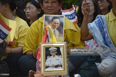Nguoi dan Thai Lan khoc nghen, tiec thuong Nha vua Bhumibol Adulyadej - Anh 13