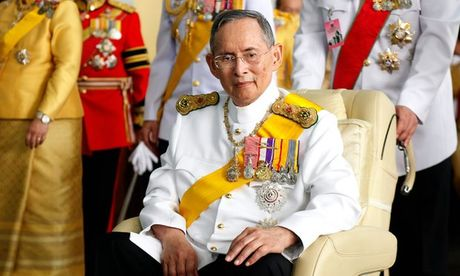 Nguoi dan Thai Lan khoc nghen, tiec thuong Nha vua Bhumibol Adulyadej - Anh 2