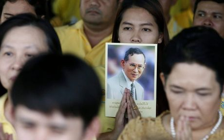Nguoi dan Thai Lan khoc nghen, tiec thuong Nha vua Bhumibol Adulyadej - Anh 5