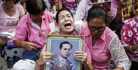 Nguoi Thai Lan dau thuong sau khi Quoc vuong Bhumibol qua doi - Anh 1