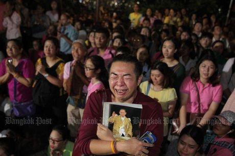 Nguoi Thai Lan dau thuong sau khi Quoc vuong Bhumibol qua doi - Anh 2