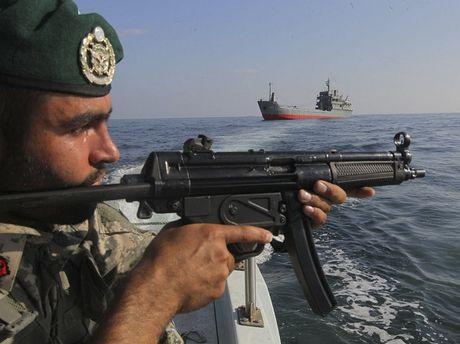 My vua tan cong phien quan Houthi, Iran dieu ngay tau chien den sat Yemen - Anh 1