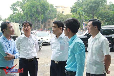 Chu tich Ha Noi thi sat nha ve sinh cong cong giua trua - Anh 1