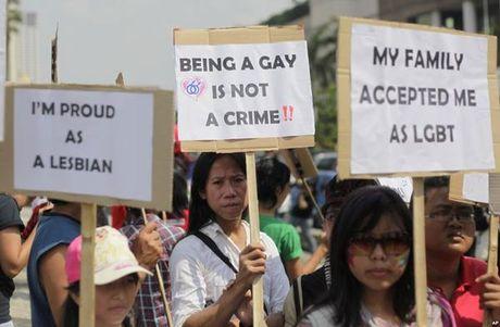 Cap doi dong tinh nam ngoi tu vi dang anh' tinh cam' len facebook - Anh 2
