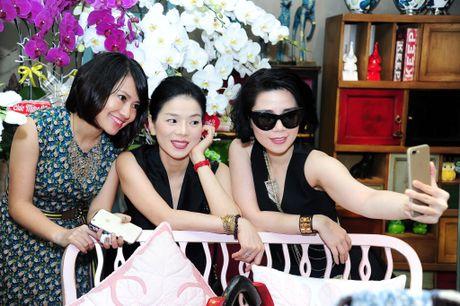 Le Quyen khoe kheo tui xach hon 300 trieu khi di su kien - Anh 1
