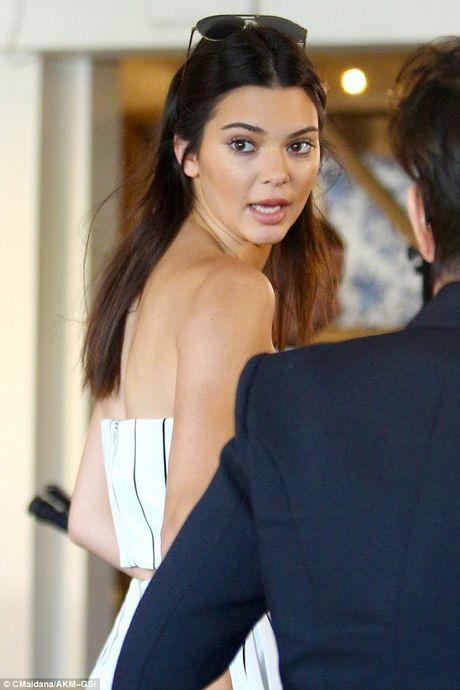 Kendall Jenner kinh hai bo chay vi bi ke tam than len vao nha khi chi co mot minh - Anh 1