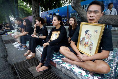Thai Lan chim trong mau den thuong tiec Quoc vuong Bhumibol - Anh 1
