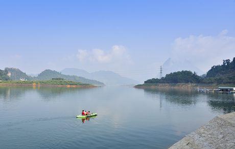 Lac vao huyen thoai giua long ho thuy dien Tuyen Quang - Anh 1