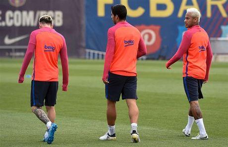 Messi, Suarez va Neymar bi 'danh' toi ta tren san tap - Anh 1