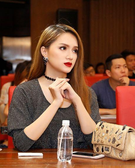 Huong Giang Idol nua kin nua ho van noi bat tren tham do - Anh 9