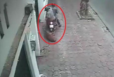 Video 'hot' nhat tuan: O to ngup lan o Quang Binh trong mua lon - Anh 2