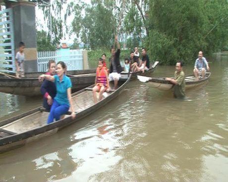 Xot xa canh nguoi dan mien Trung gong minh chong lai tran lu lich su - Anh 2