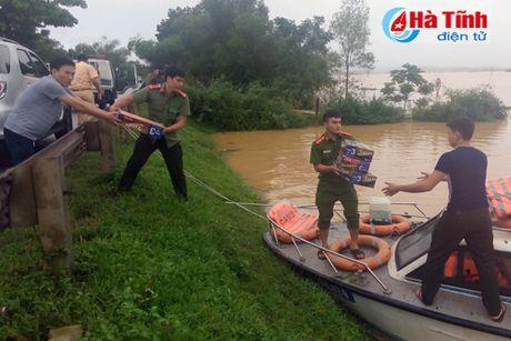 Chum anh: Di trong 'ron lu' Huong Khe - Anh 26