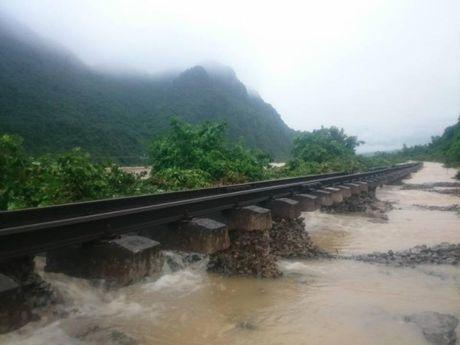 Giai cuu 96 hanh khach nuoc ngoai 'ket' tren tau SE19 - Anh 1