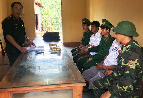 Bat 2 thanh nien Campuchia mang 1 kg ma tuy vao Viet Nam - Anh 1