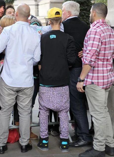 Gioi tre bat chuoc Justin Bieber mac 'quan tut' - Anh 3