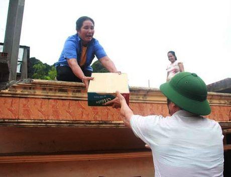 Tren 54.000 ngoi nha o Quang Binh bi nhan chim,12 nguoi chet va mat tich, 11 tau ca bi chim - Anh 4