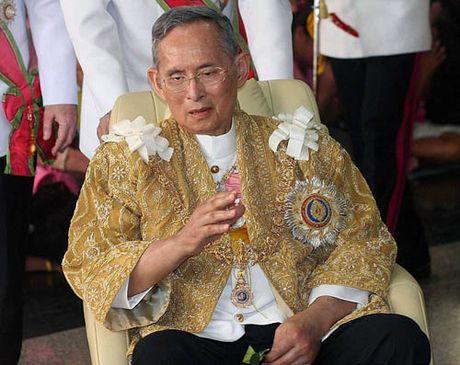 Pho den do o Thai Lan dong cua vo thoi han sau khi vua mat - Anh 1
