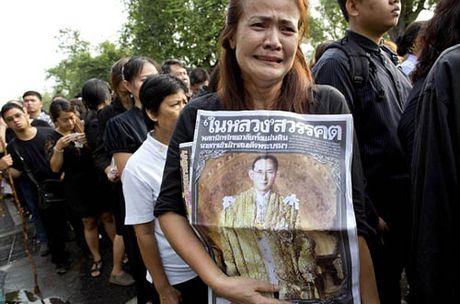 Pho den do o Thai Lan dong cua vo thoi han sau khi vua mat - Anh 2