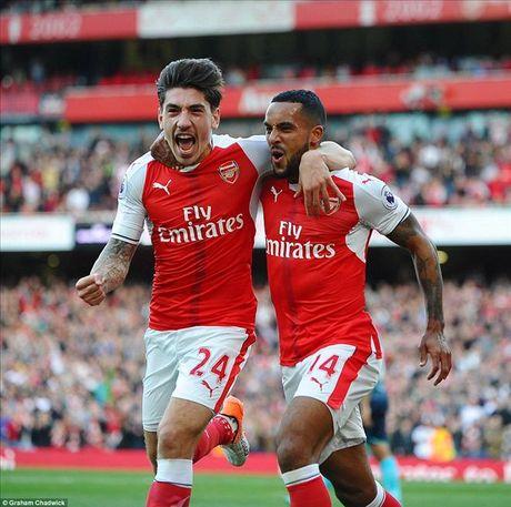 Arsenal 3-2 Swansea: Walcott va Ozil lam, Xhaka pha - Anh 2